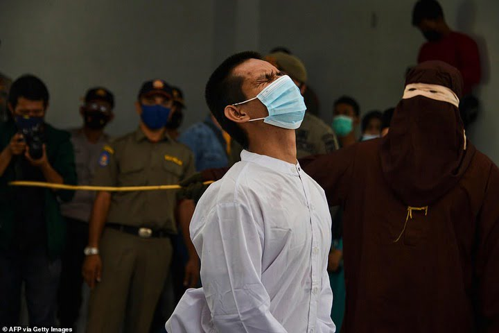 2 gay men caned 77 times each after being caught having s3kz in Indonesia - Video